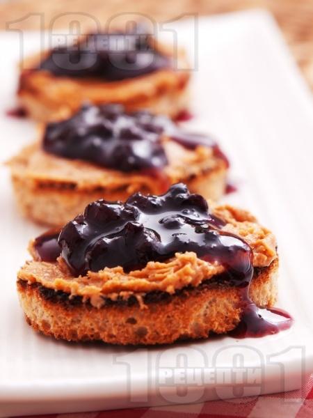 Препечени хлебчета с фъстъчено масло и сладко - снимка на рецептата